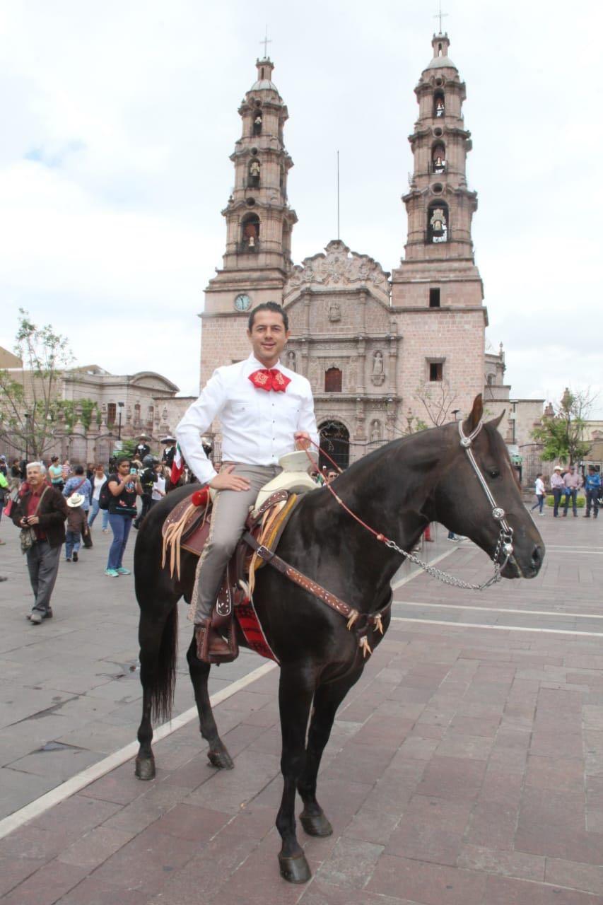GUSTAVO GRANADOS PARTICIPÓ EN LA CABALGATA RESPALDANDO A CHARROS Y ESCARAMUZAS DE AGUASCALIENTES